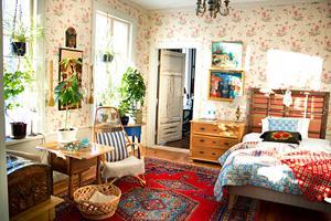 Ombonat, färgglatt och personligt kännetecknar inredningen hemma hos Hilkka. Rummet innanför sovrummet används idag av sonen Jonas – men när han snart flyttar ska det bli vardagsrum.