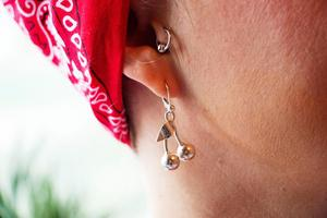 Körsbär är ett klassiskt motiv i rockabilly-stilen. Här bär Karolina dem i ett par örhängen som hon själv tillverkat.