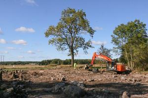 En del av höstens arkeologiska undersökningarna i Älvesta genomfördes med hjälp av grävmaskin. Snart ska det byggas hus i området.