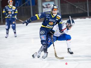 Falu BS Mattias Blom stormar fram i den svängiga matchen mot Unik.