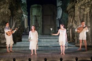 """Romeo & Juliakören bjuder på tolkningar av Bellmans """"Fredmans begravning"""". Foto: Pressbild"""