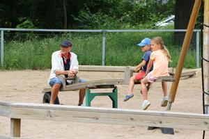 På lekplatsen kunde både yngre och äldre roa sig.