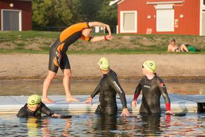 Med våtdräkt känns simningen säkrare och deltagarna blir tryggare.