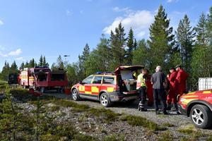 En helikopter i bakgrunden avslutar släckningsarbetet och styrkorna kan lämna över till skogsägarna att bevaka området.