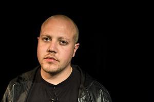 Sebastian Stakset kommer till Härnösand för att spela och och prata om sitt liv.