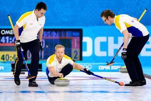 Niklas Edin lägger en sten i bronsmatchen mot Kina i OS i Sotji 2014. Bild: Carl Sandin/Bildbyrån