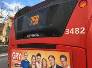 Buss 758 på Lovisinsgatan vid stationen Södertälje centrum.