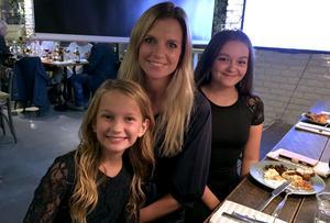 Liza-Maria Norlin (KD) har haft mycket hjälp av döttrarna Timea och Adelina under valrörelsearbetet och de håller stenhårt på mamma. Själv är hon också hoppfull efter förhandsbeskeden.