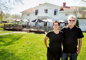 Annette och Per-Erik Söderberg ser fram emot sommaren på Svartviks herrgård.