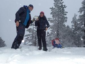 Mikael och Lotta Malmberg skålar för 100 vardagsäventyr tillsammans.