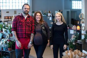 Christer Wahlberg, Sophia Wedmark Wahlberg och Vilma Adeström är gänget som tar emot kunderna i Hantverksboden i Enviken.