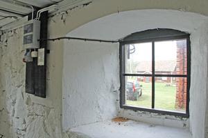 Vid fönstren syns tydligt hur tjocka ladans massiva stenväggar är.