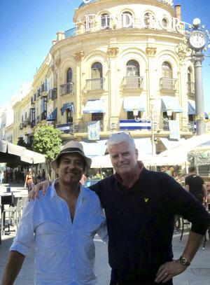 Thomas Fåhraeus (till höger) tillsammans med sin favoritkonstnär Alvaro Castagnet. Två resor har Thomas gjort för att lära sig Castagnets teknik.   Foto: Privat