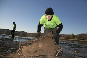 Foto: Mikael Hellsten. Gustav Andersson med resterna av ett gammalt oljefat som låg nedsjunket i dyn.