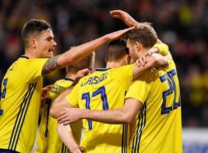 Sverige jublar efter Ola Toivonens 1–1-mål mot Chile. Bild: Anders Wiklund/TT