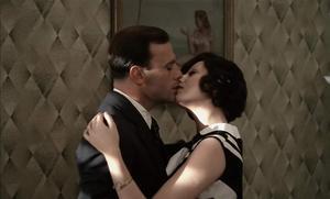 Marcello Clerici (Jean-Louise Trintignant) kysser sin fästmö Giulia (Stefania Sandrelli). Scen ur Bernardo Bertoluccis film