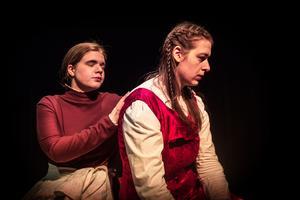 Amman (Sofie Brücher ) tröstar den sörjande Juliet (Helena Hagman).