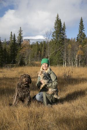 Att ha naturen precis utanför husknuten är något som både Ingrid Marie och hundarna uppskattar.