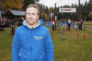 – Några av deltagarna tillhör världseliten, säger Petter Hillborg, projektledare för klubben GSK draghund som arrangerar SM-tävlingarna i Skidstavallen. Han har själv ett SM-brons från ifjol tillsammans med sin siberian husky Volki.