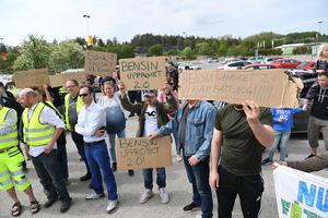 Foto: Fredrik Sandberg / TT   Ett hundratal protesterande, många i gula västar, mötte upp på parkeringsplatsen i Barkarby 18 maj för att protestera mot det allt högre bensinpriset.