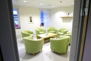 Nymålade väggar, nya golv och möbler har ingått i psykiatrilokalernas ansiktslyftning. Här är ett av de nya gruppterapirummen.