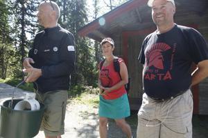 Guiden Emil Söderhjelm matar djuren och tar med sig besökarna Winnifred och Hans Schoolderman till hägnet.