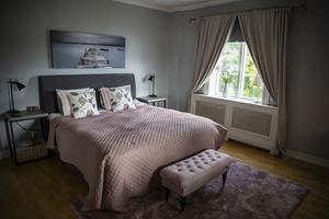 På nedervåningen är parets sovrum. De berättar att det vanligtvis inte är så här städat .