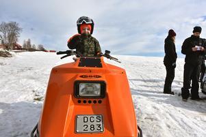 Treårige Alfred Lundberg var en av de yngsta skoteråkarna på veterandagen. Han såg fram emot att få fika.