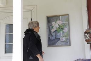 """Hellre en tavla med blommor än riktiga växter vid dörren. """"Den slipper man vattna"""", konstaterar Gunnel Carlsson."""