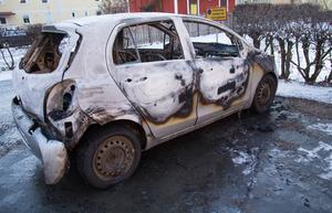 Bilen var helt övertänd när räddningstjänsten kom till platsen och polisen misstänker att branden var anlagd.