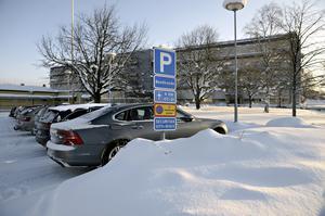 Nya regler gäller för parkering utanför vårdcentralen. Enligt en lapp inne på badet infördes ordningen med p-skiva 21/1-19