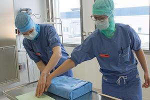 Operationssjuksköterskorna Kristina Karlsson och Theresa Wolf anser att personalbristen måste lösas.