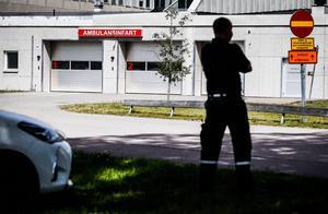 Förstärkt säkerhet vid sjukhuset i Västerås. . Väktare bevakar främst akutmottagningen efter skottdramat i Västerås på söndagen.