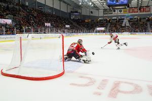 Harper fick lägga en straff mot Luleå men lyckades inte överlista Joel Lassinantti. Bild: Ola Westerberg/Bildbyrån