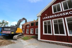 Den 119-åriga skolan försvinner men de 70-åriga fönstren ska återvinnas. Övriga rivningsfraktioner sorteras på plats och hamnar i containrar.