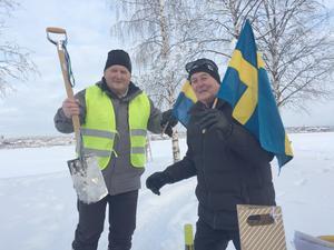 På bilden ser vi Per Söderberg med en spade från spadtaget 1996 och nestorn Håkan Rasteby, som var en av de stora kämparna för förverkligandet av Vallsundsbron! Foto: Sven Hellström