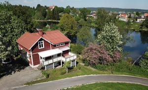 Mindre villa med sjöläge mitt i Hedemora invid sjön Hönsan. 696 kvm stor tomt och två sovrum. Huset är i stort renoveringsbehov, byggt år 1920. Foto: Linslusen Avesta
