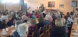 Stefan Nykvist sjöng, spelade och berättade om Hagströms instrumenttillverkning i samband med PRO Älvdalens senaste möte. Foto: Sten Kristofferson.