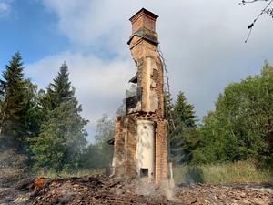 Endast murstocken finns kvar av huset som brann ned i Ulvvik natten mot den 18 juli.