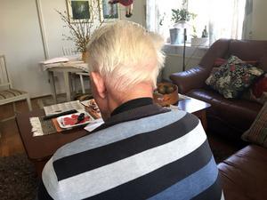 Mannen som är 83 år är rejält blåslagen i ansiktet och vill inte visa sig i bild. Han minns heller inget från olyckan där han hade änglavakt i form av sjuksköterskan Christina Klasson som fick stopp på trafiken.