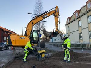 Avesta vatten håller på att fylla igen hålet efter att har reparerat läckan. Jorden packas extra hårt för att det går mycket tung trafik längst Järnvägsgatan i Krylbo.