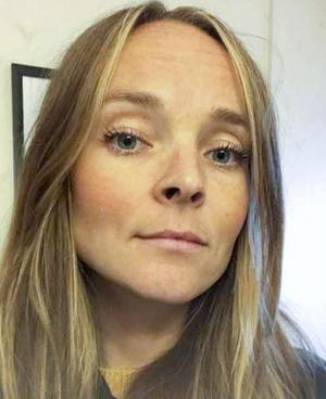 Fritidspedagogen Sanna Jonsson tror att högre löner och en allmän uppvärdering av yrket är receptet för att locka fler att bli fritidspedagoger.
