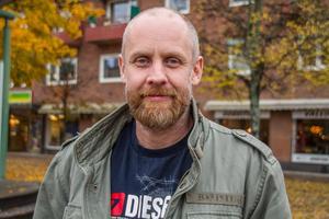 """""""Som förälder så hämtar man sina barn när de varit ute. Man vill såklart inte skrämma upp dem och säga att de måste vara inne"""", säger Mikael Djupenström."""