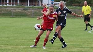Natalie Odén och Sara Brandén kämpar om bollen på mittplan.