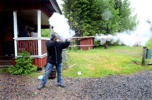 Det slår eld om geväret som användes under Sveriges sista krig när Ted Kvarnström provskjuter.