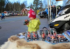 Sigrid Olsson, två år, från Ytterberg hittade spännande skotrar i lite mer lämpligt format.