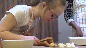 Tilda Ekwall fokuserar på att pynta tårtan.