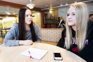 Isabelle Harrysson och Jennifer Espvall tycker inte att arbetsron är bra på Vattudalsskolan. De säger också att eleverna har påpekat problemen men att ingenting har hänt.