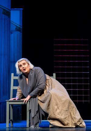 Sopranen Rebecca Hellbom sjunger rollen som modern Olivia. Hon är ett riktigt framtidslöfte som nu blivit utvald som en av två svenskor att tävla i Connell Prize, de prestigefulla internationella tävlingen för dramatiska sopraner. Foto: Jonas Bilberg