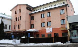 Säljer kommunen hotellfastigheten i Edsbyn för billigt? Frågan väcks genom att en person nu bjuder 500 kronor, 498 kronor högre än förslaget till kommunstyrelsen.